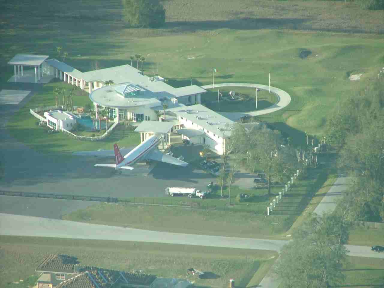 Picture of John Travolta's House & B707